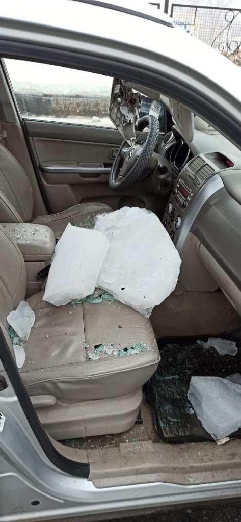 Глыба льда упала на машину на Московском шоссе в Рязани