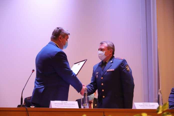 Любимов поздравил начальника академии ФСИН с назначением на должность