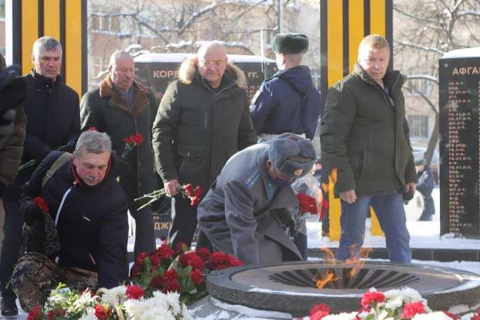 Николай Любимов возложил цветы к памятнику на площади Маргелова в честь погибших в локальных войнах