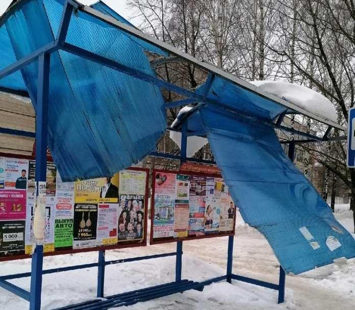 Крыша остановки в Рязани не выдержала веса снега