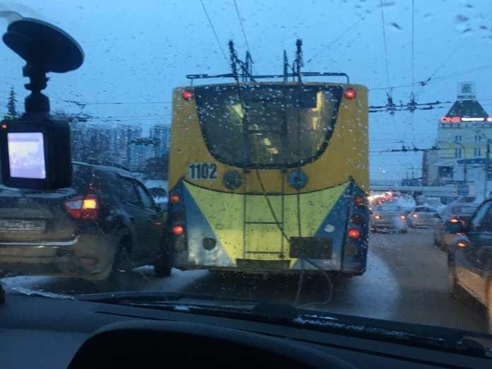 На перекрёстке в центре Рязани столкнулись троллейбус и кроссовер