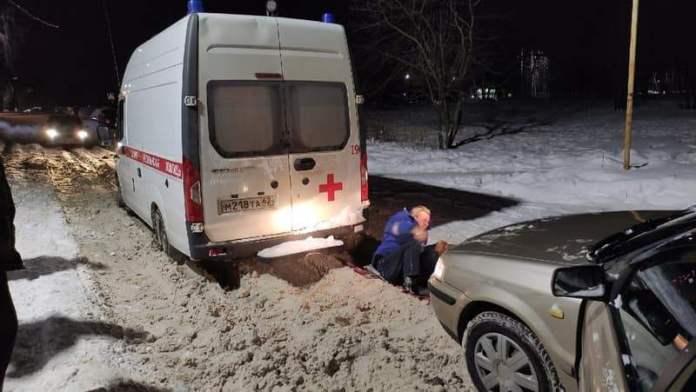 Машина скорой помощи застряла в снегу в Рязани