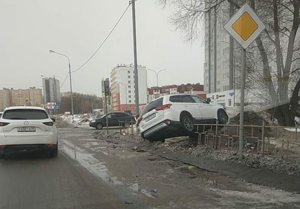 У «Глобуса» в Рязани автомобиль вылетел с дороги