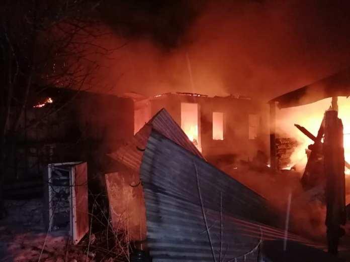 В рязанской деревне сгорели два дома, погиб мужчина