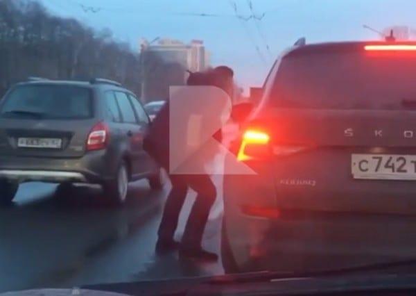Мужчина с гитарой устроил «концерт» на Московском шоссе