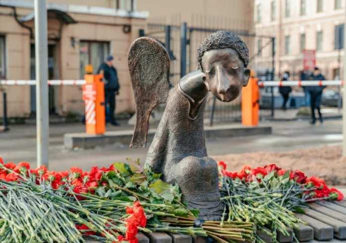 В Петербурге открыли памятник погибшим от коронавируса медикам