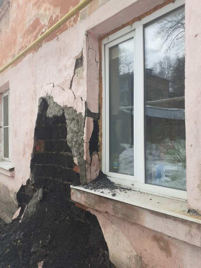 На улице Ленинского Комсомола начал рушиться дом