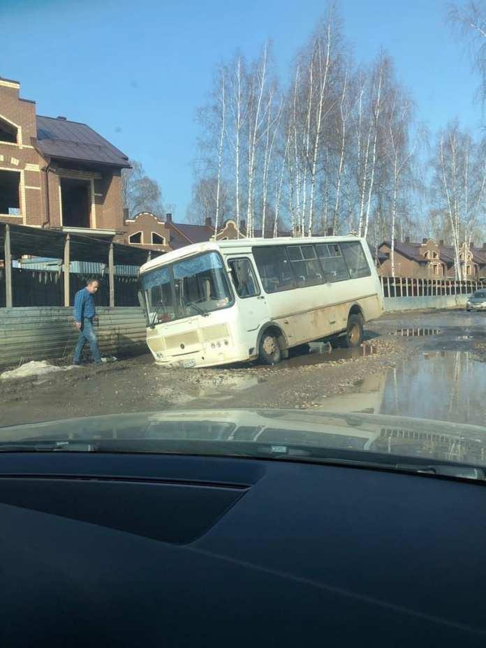 Автобус и легковушка провалились в яму с грязью в Костроме