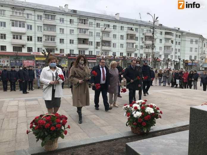 В Рязани возложили цветы к памятнику Циолковского в честь Дня космонавтики
