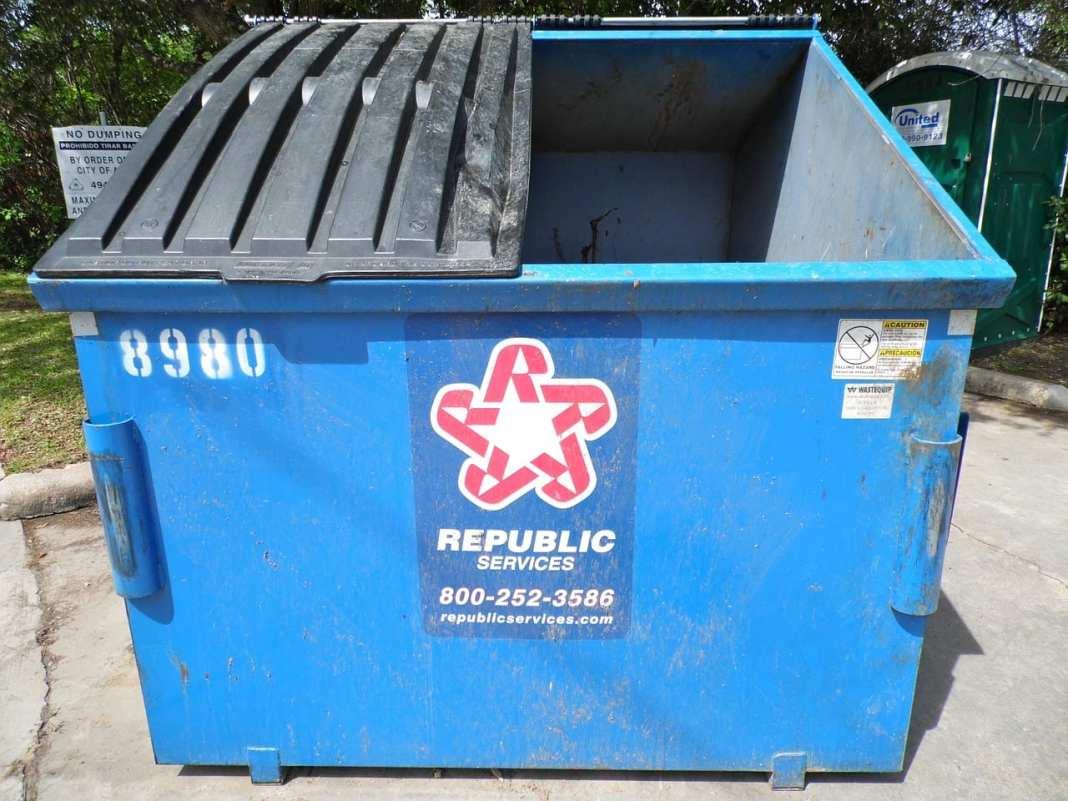 В Рыбновском районе трое мужчин украли семь металлических мусорных контейнеров