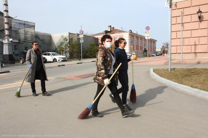 Сотрудники администарции вышли на уборку улиц Рязани
