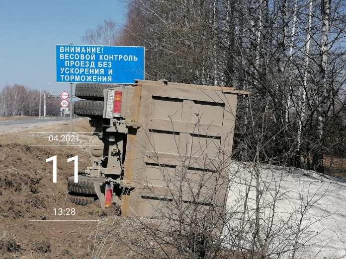 Под Рязанью перевернулся грузовик с щебнем