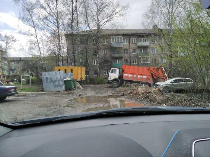 В рязанском дворе провалился в землю мусоровоз