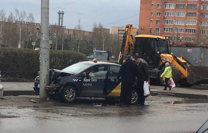 Такси врезалось в столб в Московском районе Рязани