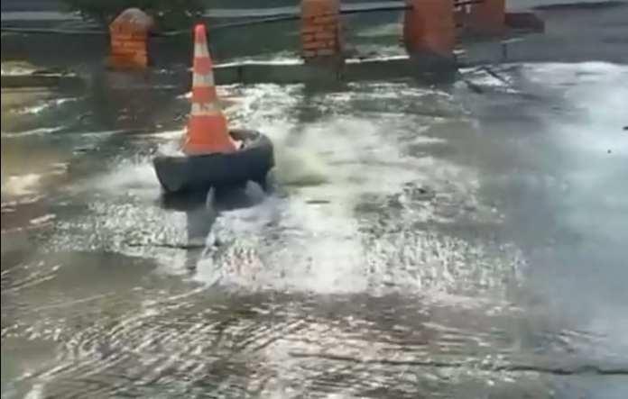 На рязанской улице появился «вонючий фонтан»