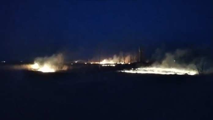 Возле воинской части в Скопинском районе снова горит трава