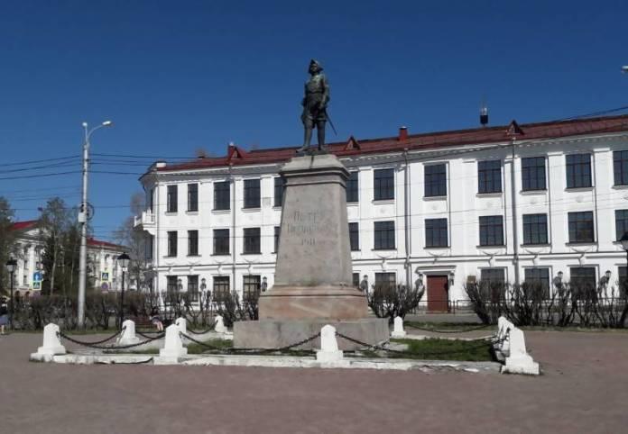 Территорию памятника Петру I в Архангельске благоустроят
