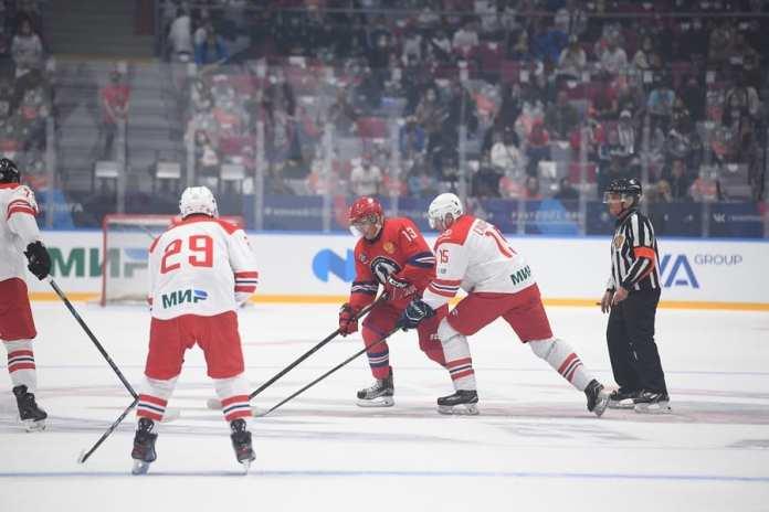 Владимир Путин наградил Олега Смирнова первым в истории ночной лиги орденом «За верность хоккею» имени А. Якушева