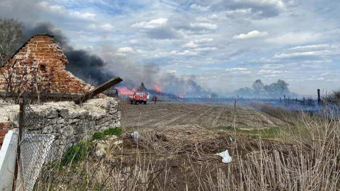 Из-за пала сухой травы в Шиловском районе сгорели 10 построек