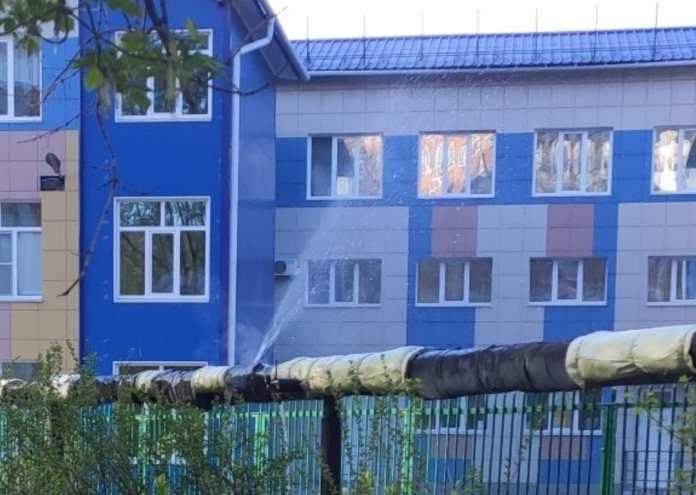 Теплотрассу прорвало возле детсада на улице Гагарина