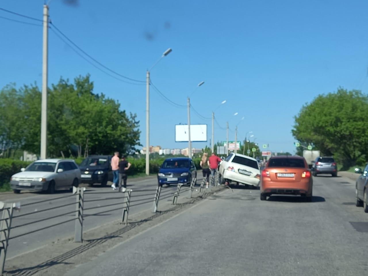 На Северной окружной дороге Рязани автомобиль повис на ограждении