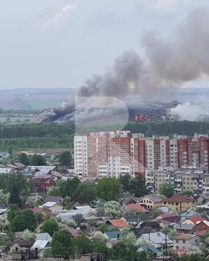 Спасатели тушат пожар на городской свалке в районе рязанской Южной окружной