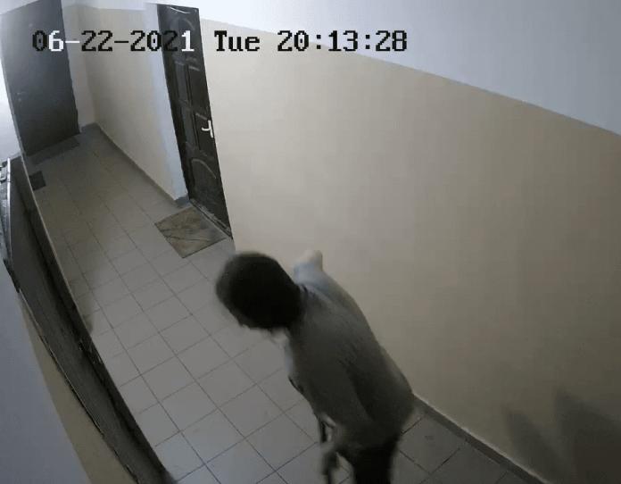 Житель многоквартирного дома в Твери угрожает соседям и нападает на них