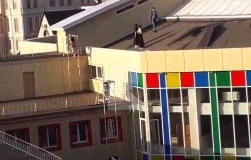 В Рязани группа молодых людей залезла на крышу цирка
