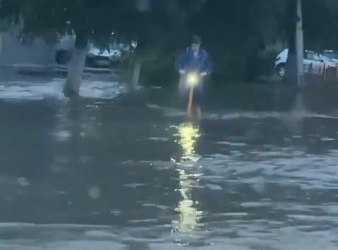 Рязанец проехал в халате на самокате по залитой дождём дороге