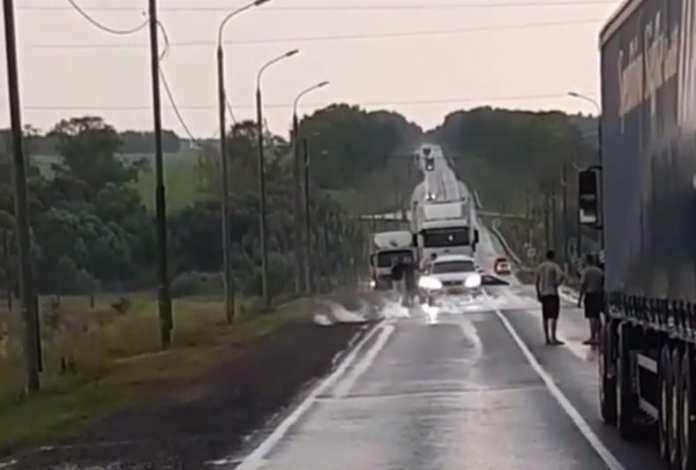 В Захаровском районе упавшие провода под напряжением перегородили трассу