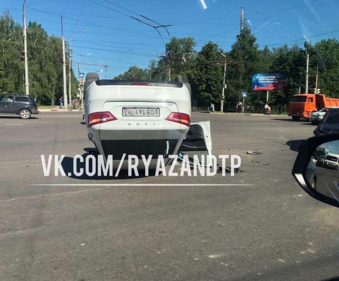 В Рязани перевернулась Lada Vesta