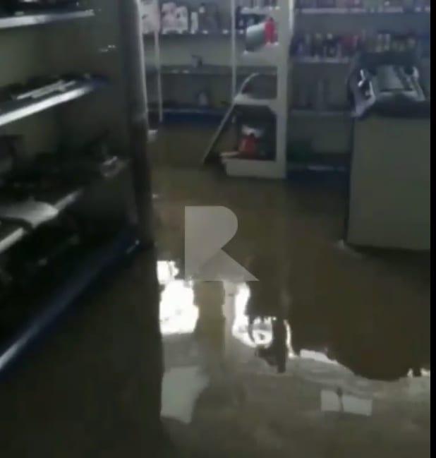 Появилось видео из затопленного магазина в Рязани