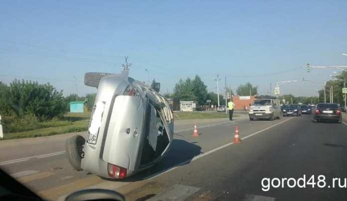 В Липецке Lada Granta перевернулась после столкновения с Hyundai