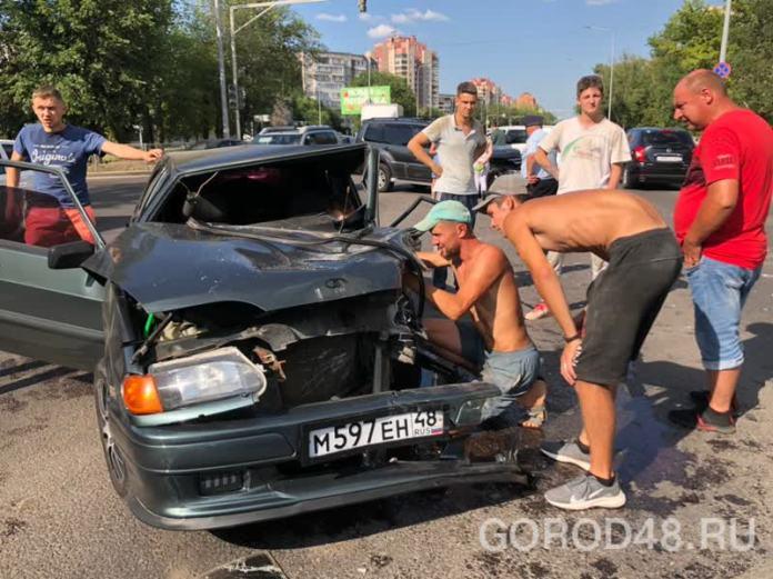 Два человека пострадали в аварии ВАЗ-2114 и Mitsubishi Pajero в Липецке