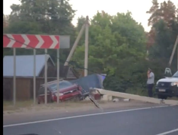 Под Рязанью автомобиль с прицепом снёс бетонный столб