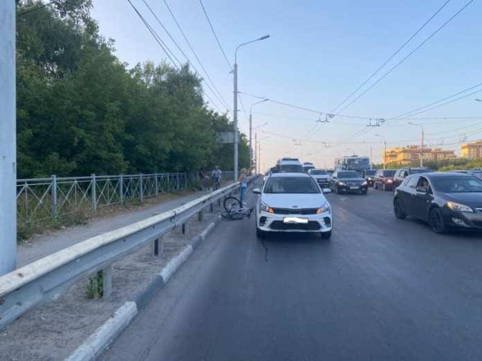 На путепроводе из Приокского велосипедист врезался в стоящий автомобиль