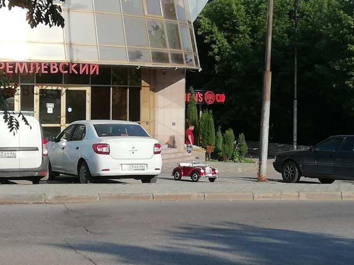 На стоянке в центре Рязани припарковали детский автомобиль
