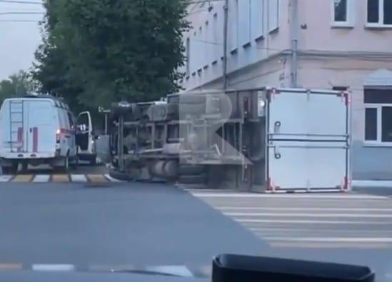 В центре Рязани опрокинулся грузовик, есть пострадавший