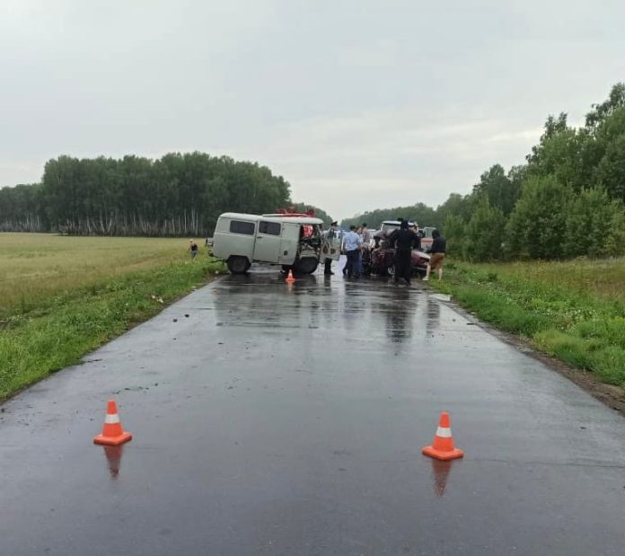 """В лобовом столкновении """"семерки"""" и """"буханки"""" в Омской области погибли три человека"""