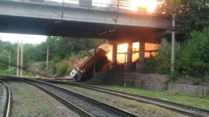 «Камаз» упал с моста на газовую трубу и загорелся