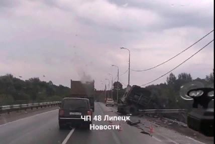 Фура упала с Троицкого моста под Липецком