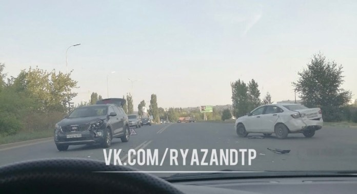 Утром 16 августа на Восточной окружной дороге Рязани столкнулись Lada и Kia