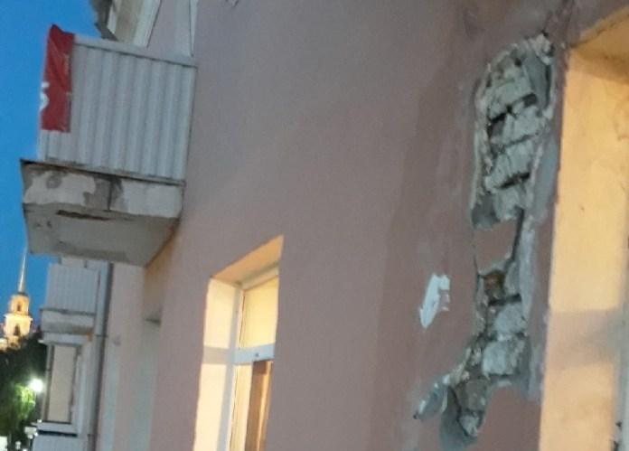 С фасада дома в центре Рязани падают кирпичи — соцсети