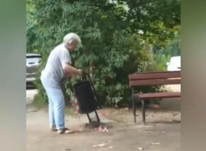Рязанка специально ломает урны, установленные около её дома