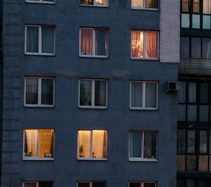 В Белгороде женщина избила полицейского и заперла в собственной квартире