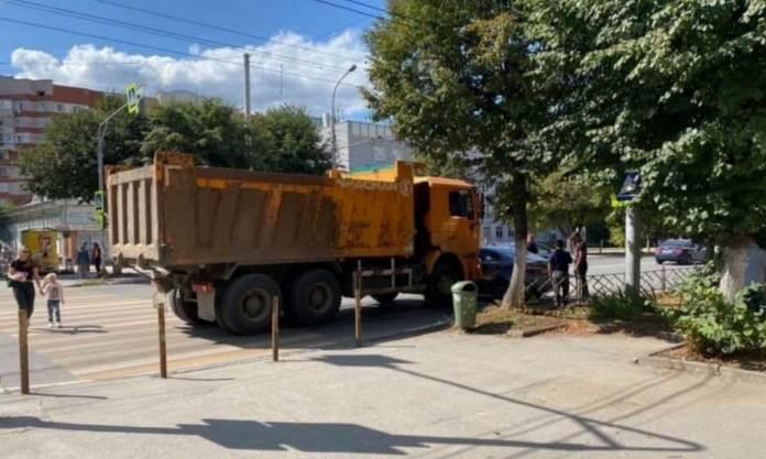 В Рязани грузовик столкнулся с легковушкой