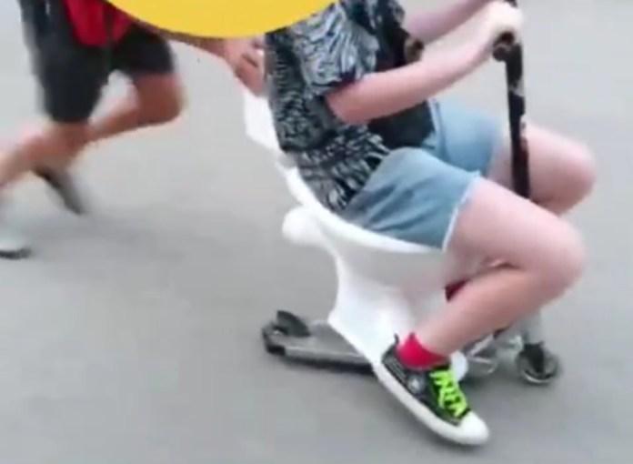 """Подростки в Смоленске устроили """"унитазные гонки"""""""