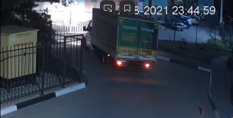 Водитель сломал ворота в рязанском дворе