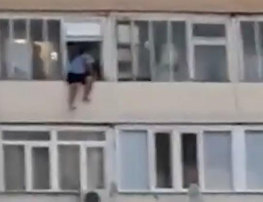 Полиция задержала мужчину, столкнувшего человека с балкона