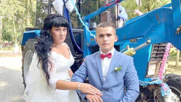 Креативную свадьбу сыграли в Новомичуринске: жених на тракторе, невеста на лошадях